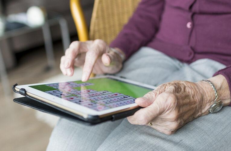 Técnicas para mitigar el aislamiento en personas mayores