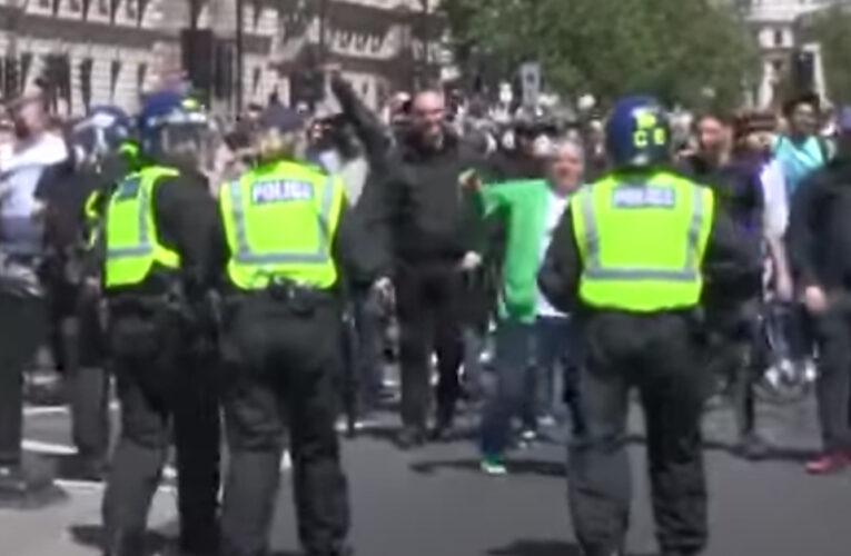 Policía multa con 10.000 libras a manifestante del NHS por organizar protesta