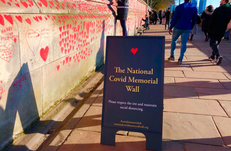 Mural de 150 mil corazones se realiza en memoria de las víctimas de Covid-19 en Reino Unido
