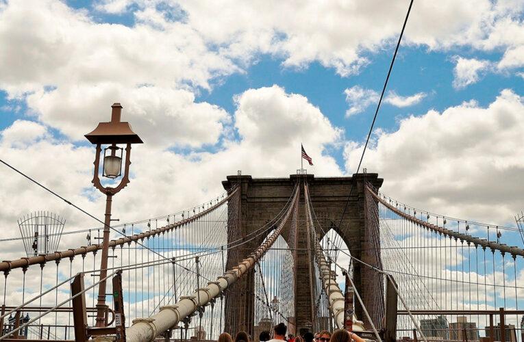 Una mujer tras el Puente de Brooklyn