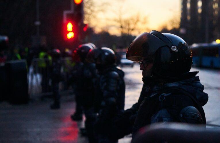 Una docena de personas fueron detenidas frente al Parlamento británico