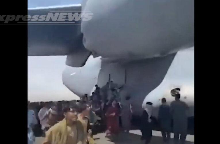 Caen del avión Afghanos 'polizones' mientras miles huyen de los talibanes